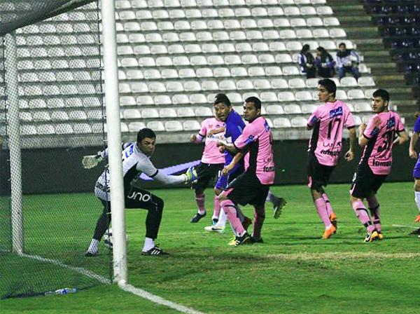 Un tiro libre de Luis Trujillo que nadie atinó a conectar o despejar se convirtió en el primer gol de Alianza y un duro golpe para Pacífico (Foto: Luis Chacón / DeChalaca.com)