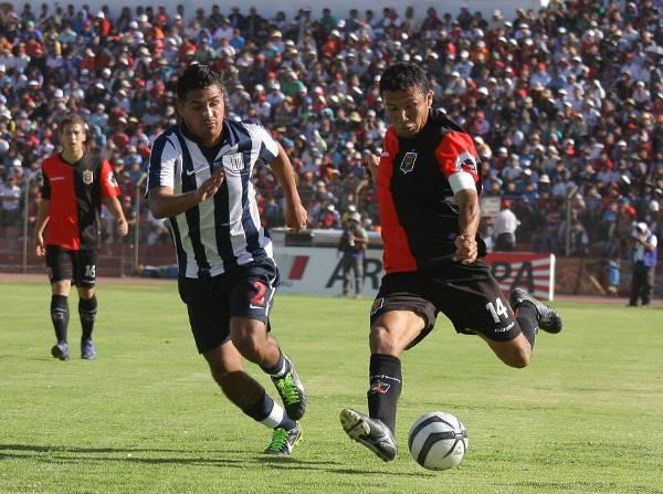 Alianza Lima y Melgar, dos equipos que no lucieron sponsor principal en la camiseta en toda la temporada 2013 (Foto: Prensa FBC Melgar)