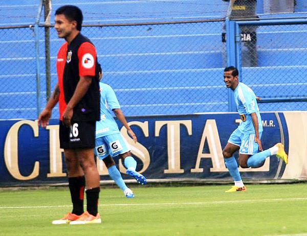 Cristal salió a marcar rápido el rumbo del partido y lo logró mediante Juniors Ross con un tanto que golpeó los ánimos en Melgar (Foto: Luis Chacón / DeChalaca.com)