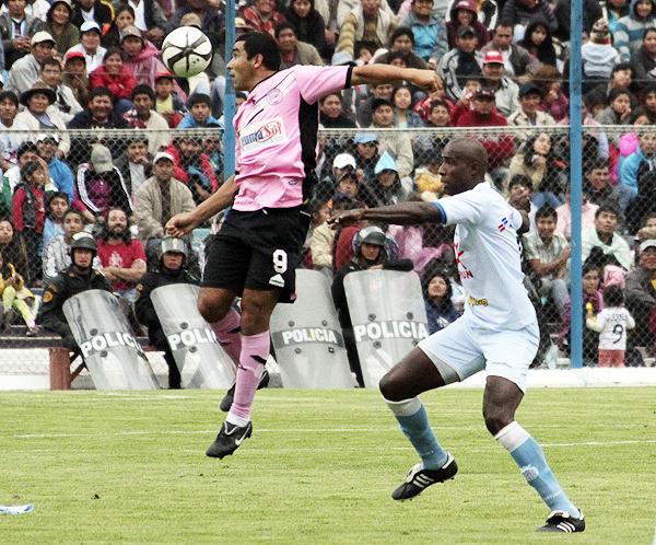 Pacífico intentó reaccionar en el segundo tiempo con algunos cambios, entre ellos el del paraguayo Carlos Pérez que aquí le gana el balón a Luis Guadalupe (Foto: Vanessa Álvarez Sancho)