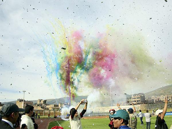FINAL TECHNICOLOR. El último partido de la temporada en el fútbol peruano tuvo todo el colorido que se podía esperar en un estadio que se llenó de lado a lado (Foto: Luis Chacón / DeChalaca.com)