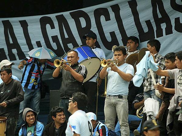 ORQUESTANDO UN ALIENTO. La música para animar la tarde mientras se estaba a la espera del inicio del partido también se hizo sentir en Huancayo (Foto: Luis Chacón / DeChalaca.com)