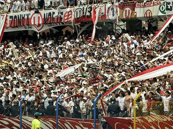 TRINCHERA HUANCAÍNA. La barra de Universitario abarrotó las dos tribunas para vestir de crema el partido que definió al campeón (Foto: Aldo Ramírez / DeChalaca.com)