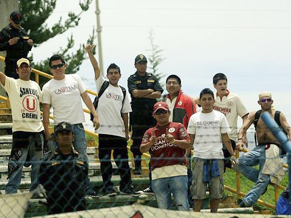 CUSTODIA PARTICULAR. Grandes medidas de seguridad se tomaron en Huancayo para mantener la tranquilidad durante el partido, algo que este grupo de hinchas cremas tuvo la ocasión de corroborar (Foto: Luis Chacón / DeChalaca.com)