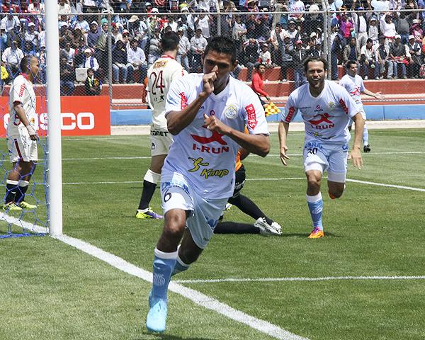 Pocos minutos necesitó Real Garcilaso para abrir la cuenta con una pelota suelta que César Ortiz añadió sin marca (Foto: Miguel Koo Vargas / DeChalaca.com)