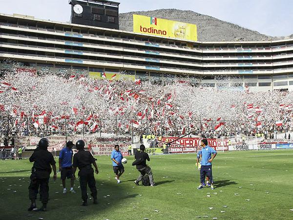 NUBES DE PAPEL. La presencia crema en las tribunas se hizo sentir una vez más en el Monumental donde los seguidores de la 'U' se encargaron de darle una buena bienvenida a su equipo (Foto: Luis Chacón / DeChalaca.com)