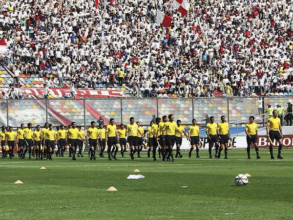 YA LES TOCARÁ. La ocasión sirvió para que los árbitros peruanos le rindieran un homenaje a sus colegas Juan Triveño y Rubén Quezada que se retiraron de la actividad (Foto: Luis Chacón / DeChalaca.com)