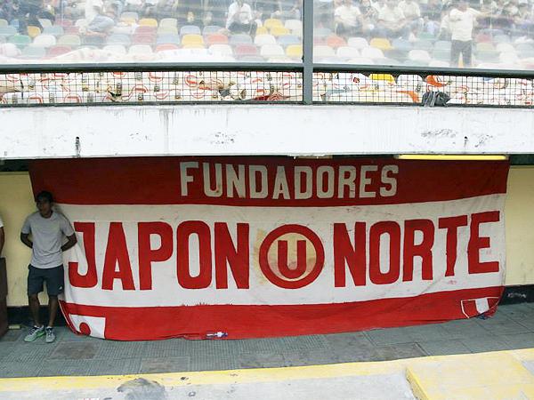 QUE LE AVISEN A LOS FUNDADORES. Esta bandera, lejos de aparecer colgada en la tribuna, mantuvo un perfil bajo en esta ubicación, fuera de la vista de gran parte de los que fueron al estadio (Foto: Miguel Koo Vargas / DeChalaca.com)