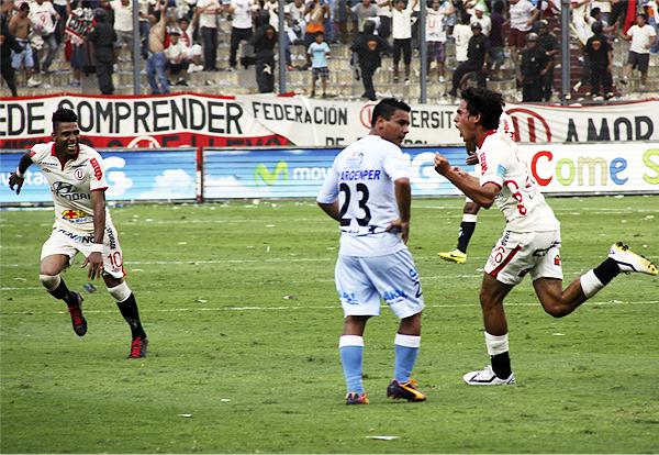 Universitario terminó de cerrar el partido con una goleada inesperada luego del buen remate que sacó Rafael Guarderas desde fuera del área (Foto: Miguel Koo Vargas / DeChalaca.com)