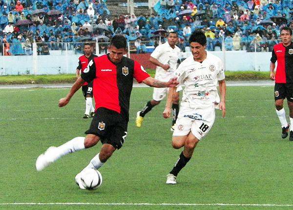 Manuel Contreras tiene la amarga estadística de ser el único que marcó un autogol en los Melgar - UTC. (Foto: archivo DeChalaca.com)
