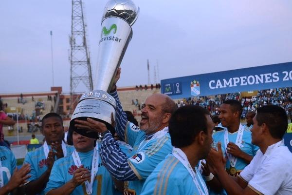 Federico Cúneo con el trofeo de campeón 2014: su segundo título como presidente cervecero. (Foto: José Salcedo / DeChalaca.com, enviado especial a Trujillo)