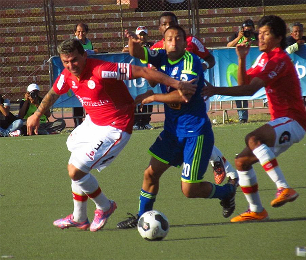 Édgar Balbuena y Sergio Blanco luchan por el balón durante el partido de ida que definió el título de 2014 (Foto: archivo DeChalaca.com)