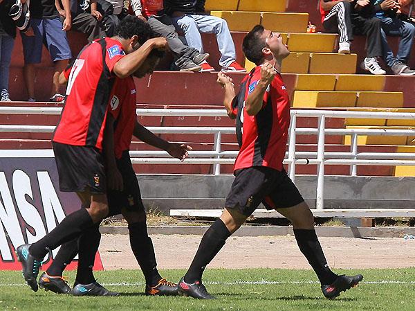 Cuesta lo vio todo gol. Con su doblete, Melgar agarró la punta de la tabla (Foto: prensa FBC Melgar)