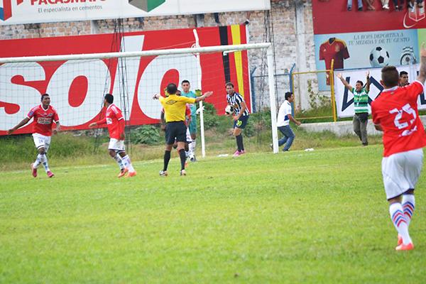 Alianza pudo rescatar un empate ante Comercio en Moyobamba, pero Arellanos -por confiar en su asistente Quijano- se vio obligado a anular un gol de Cueva (Foto: Emilio Ruiz)
