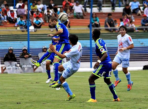 Luego de una Libertadores muy discreta, Calcaterra pudo sacarse la mufa y destacar ante Real Garcilaso (Foto: Percy Cóndor)