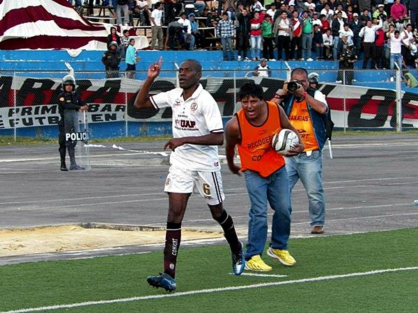No sorprende su faceta de anotador y salvador. Rafael Farfán le dio el agónico triunfo a UTC (Foto: Jorge Cabanillas)