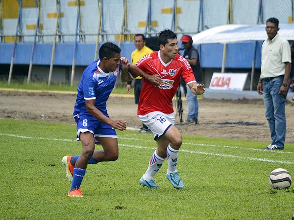 Aunque su equipo la pasa mal, firmar por San Simón le ha permitido ganar muchos minutos de juego a Neil Marcos que aquí marca a Mario Velarde de Unión Comercio (Foto: Emilio Ruiz)