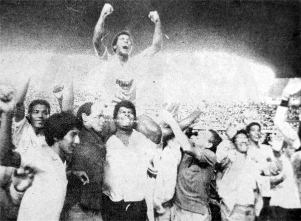 En hombros de la hinchada celeste, Julio César Uribe vivió en el verano de 1989 el último gran momento de su historia con Cristal (Recorte: diario Ojo)