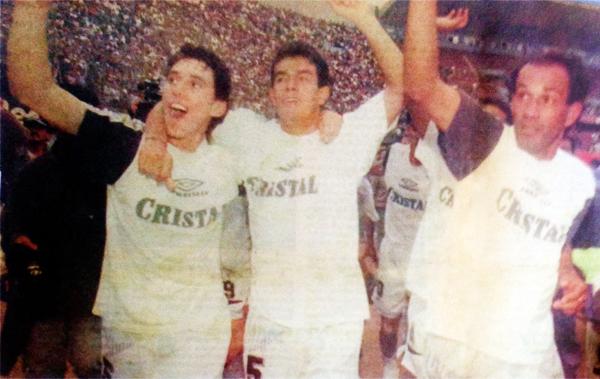 Miguel Rebosio, Erick Torres y Pedro Garay celebran el tricampeonato celeste en 1996 luego de un partido muy discutido frente a Universitario (Recorte: diario El Comercio)