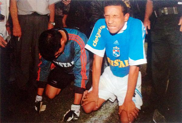 Para celebrar antes había que esperar otro resultado y así lo entendieron Erick Delgado y Jorge Soto, que a su manera aguardaron noticas desde Matute en el campeonato de 2002 (Recorte: revista El Gráfico Perú)