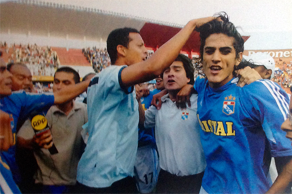 El Clausura de 2005 tuvo otra vez a Cristal celebrando tras jugar con Universitario, como Carlos Zegarra y Norberto Araujo que aparecen mezclados junto a algunos medios de comunicación (Recorte: revista El Gráfico Perú)
