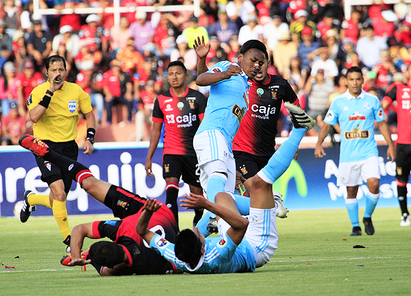 Víctor Hugo Carrillo fue el foco de la polémica debido al gol que le anuló a Cuesta. (Foto: Miguel Zavala / diario El Pueblo de Arequipa)