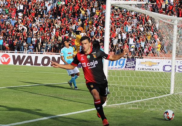Bernardo Cuesta anotó el 1-0 con un potente derechazo. (Foto: Miguel Zavala / diario El Pueblo de Arequipa)