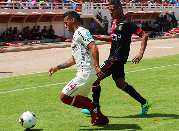 Alexander Sánchez ingresó temprano en el partido, debido a la lesión de José Carlos Fernández. (Foto: Iván Carpio / diario El Pueblo de Arequipa)