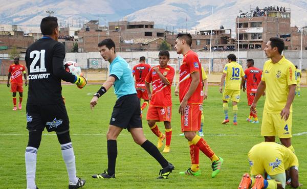 Los ahora seleccionados Peña (23) y Ortiz (7, de espaldas) tuvieron que entrar de emergencia ante Comerciantes por las lesiones tempranas que sufrió Huancayo. (Foto: Ángel Fajardo)