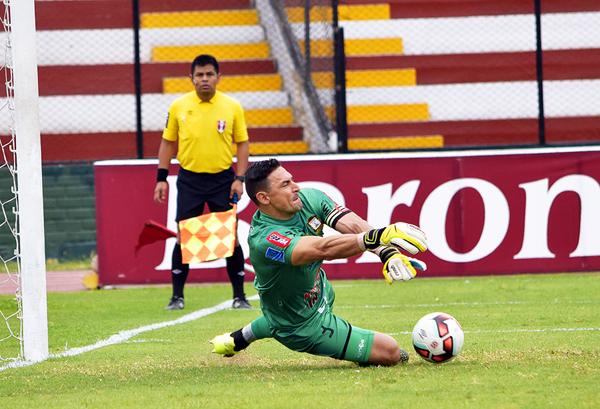 Villasanti tapó un penal, pero dejó el rebote para el gol de Ortiz. (Foto: Raúl Chávarry / DeChalaca.com)