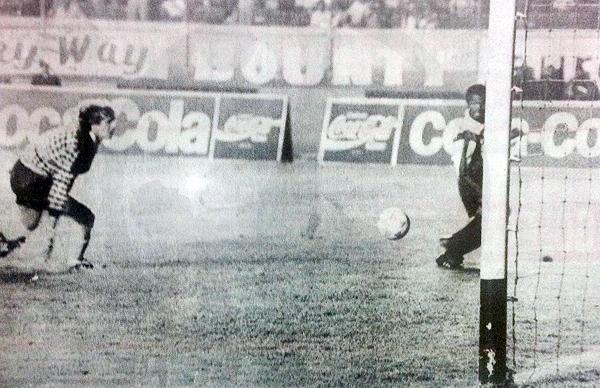 Clásico en 1993: Sáenz supera a Zubczuk pero, casi sin ángulo, define desviado. (Recorte: revista Estadio)