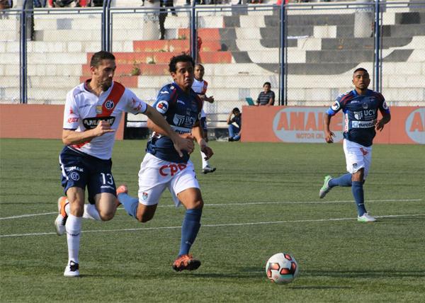 Lucas Simón lucha un balón con Branco Serrano de la Vallejo, en su primer partido como titular con Municipal (Foto: prensa Deportivo Municipal)