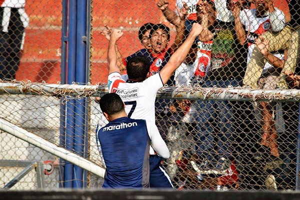 Pedro Gutiérrez grita el gol con la tribuna edil. (Foto: Raúl Chávarry / DeChalaca.com)