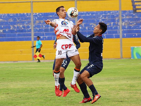 Carlos Orejuela puso toda su experiencia para provocar el penal que le dio el 1-0 a Ayacucho. (Foto: prensa Ayacucho FC)