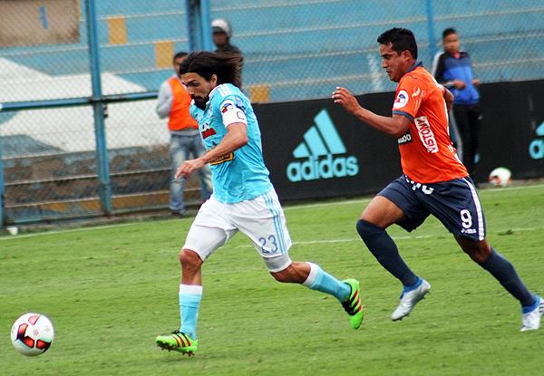 Fue tal la comodidad celeste que Jorge Cazulo anotó un gol de cabeza en la valla poeta. (Foto: prensa Sporting Cristal)