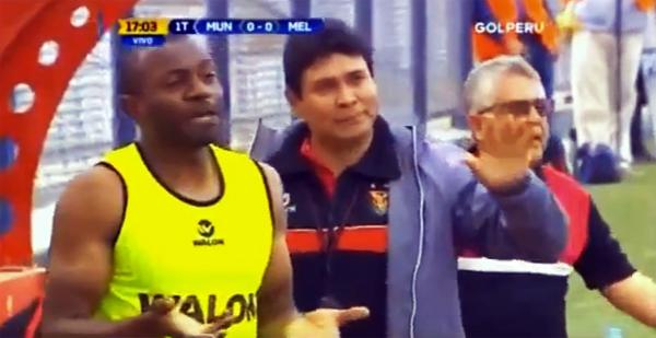 A Óscar Gambetta solo le quedó aceptar su singular expulsión. (Captural: Gol Perú)
