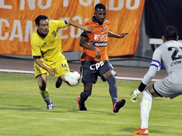 Carlos Vera marcando a Jhonny Vidales el día de su debut frente a la César Vallejo (Foto: diario La Industria de Trujillo)