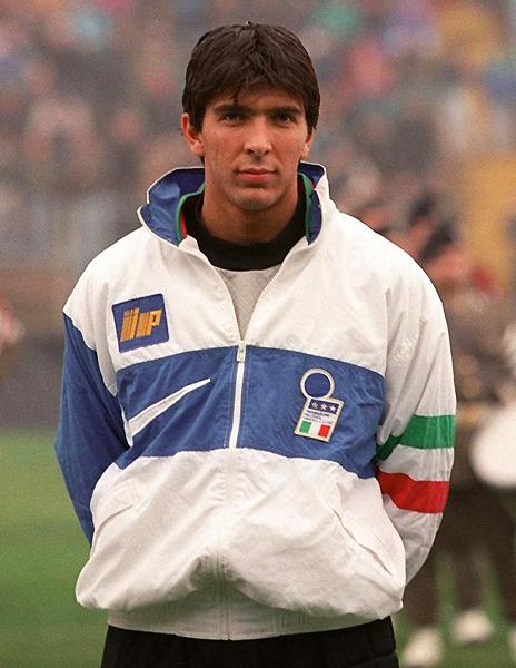 Gianluigi Buffon formó plantel de la selección italiana que disputó el Mundial Francia 1998. Es un certamen que también entra en su cuenta. (Foto: Panini)