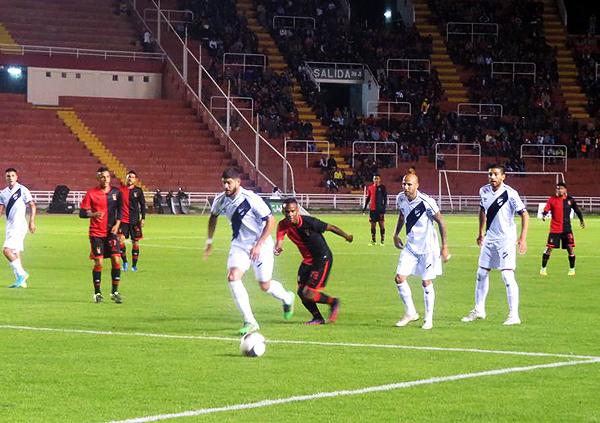 Nilson Loyola, quien aparece detrás del jugador de Danubio, fue uno de los más destacados en la 'Noche Rojinegra'. (Foto: prensa FBC Melgar)