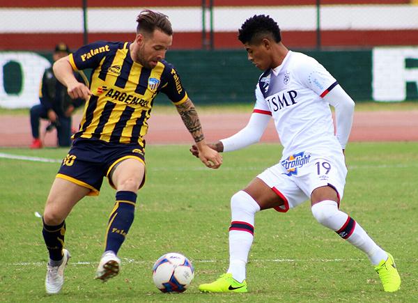 Pablo Lavandeira y Wilder Cartagena tuvieron un duelo interesante en la mitad de cancha. (Foto: Pedro Monteverde / DeChalaca.com)