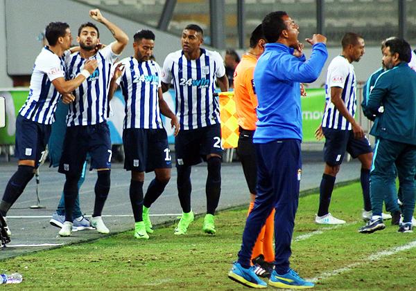 Godoy, Aguiar, Pajoy y Fuentes celebran el gol de Alianza Lima, en fina secuencia con un Pablo Zegarra desesperado. (Foto: Pedro Monteverde / DeChalaca.com)
