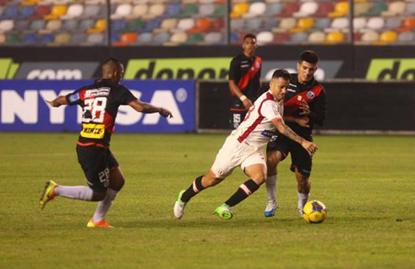 Guastavino entró pero no pudo trascender, como en esta jugada ante Alfageme. El uruguayo acabó ensangrentado. (Foto: Andina)