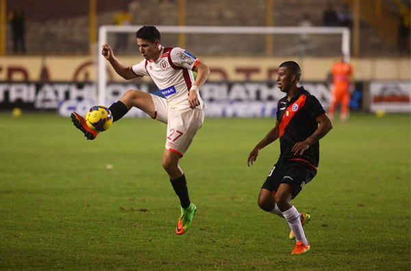 Troglio apostó por Ugarriza como eje del ataque, pero el ariete no pudo en un duelo que ganaron más bien los hombres de marca, como Palomino. (Foto: Prensa Universitario)
