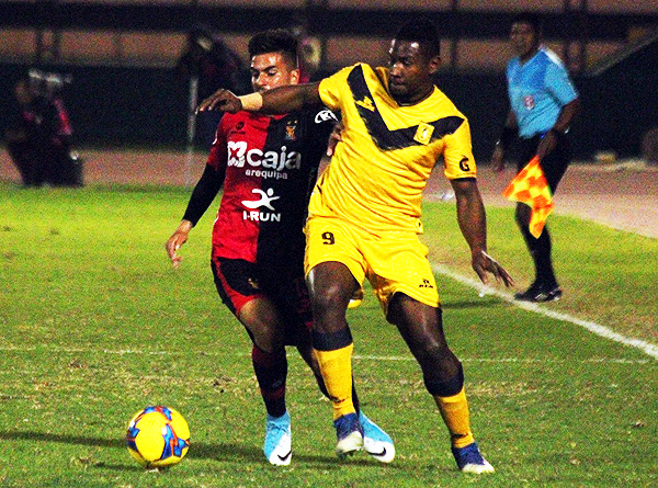 Collazos lucha el balón con Cedrón. El atacante colombiano no estuvo fino de cara al arco. (Foto: prensa Academia Cantolao)
