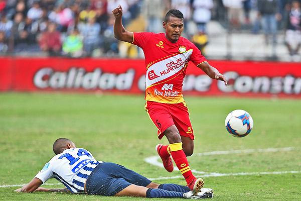 Éver Chávez consigue superar a Luis Ramírez en la acción individual. (Foto: Andina)