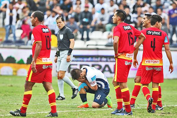 Alejandro Hohberg se lamenta. Sin embargo, lo lamentable fue la actuación de Víctor Hugo Carrillo. (Foto: Andina)