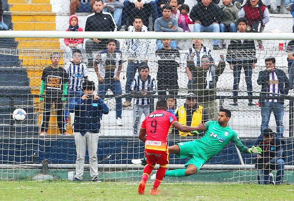 Preciado volvió a Matute y asustó a la hinchada blanquiazul. Acá anota el empate parcial a dos goles vía penal, batiendo a Prieto. (Foto: Andina)
