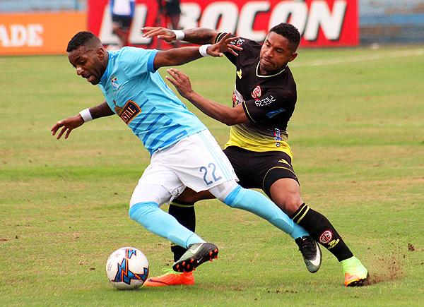 Aunque Gino Guerrero no pudo destacar, sí le generó problemas a Céspedes. (Foto: prensa Sporting Cristal)