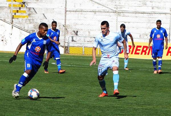 Jorge Bazán intenta el desborde, pero Iván Santillán lo tuvo bien controlado, sobre todo en el complemento. (Foto: prensa Real Garcilaso)