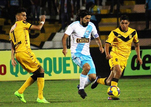 Cazulo intenta pasar con el balón ante la presión de Manzaneda y Barreto. (Foto: prensa Sporting Cristal)